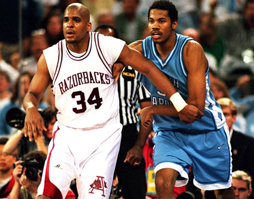 Corliss Williamson face à Rasheed Wallace en NCAA (c) complex.com
