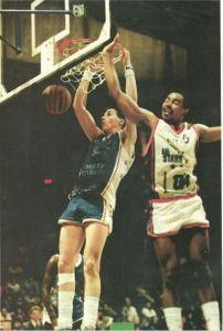 Stéphane Ostrowski face à Robert Smith. (c) Maxi-Basket