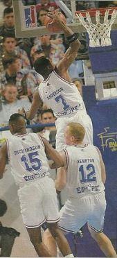 Ron Anderson au dunk entouré de Michael Ray Richardson et Tim Kempton. (c) J-f Mollière