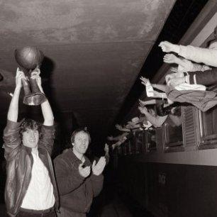 Coupe Korac soulevé en 1982 par Richard Billet et Jean Michel Sénégal (c) Le Populaire du Centre
