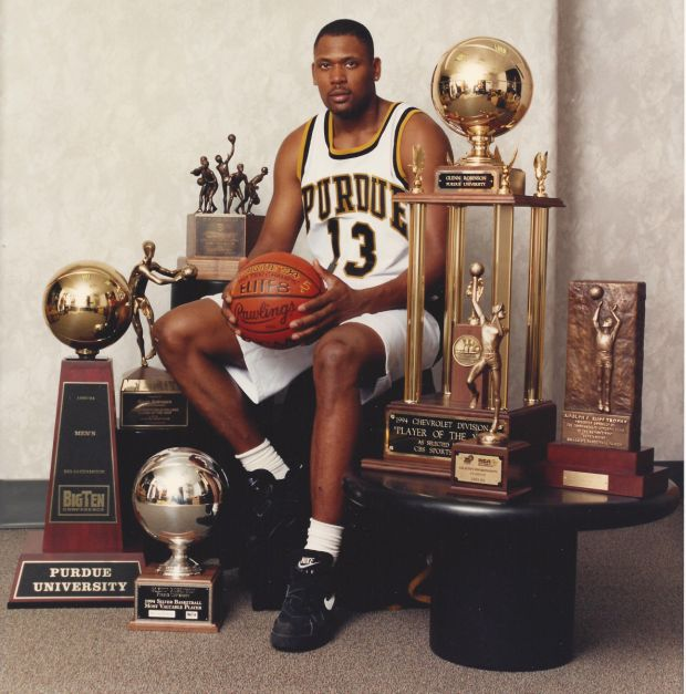 Glenn Robinson et ses trophées collectifs et individuels avec Purdue en 1994 (c) Nytimes.com