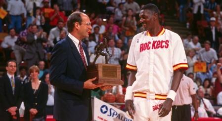Hakeem Olajuwon, défenseur de l'année en 1994 (c) Bill Baptist/NBAE via Getty Images)