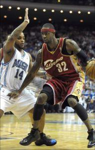 Larry Hughes face à Jameer Nelson lors de Cleveland - Orlando le 11 février 2008 (c) AP