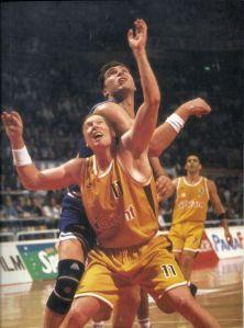 Tim Kempton face à Arvydas Sabonis lors de la demi-finale d'Euroligue Limoges-Real Madrid en 1995 (c) Pinterest