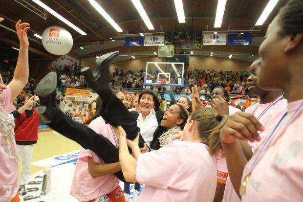 Valerie Garnier coach de Bourges avec ses joueuses qui fete le titre de LFB en 2012 (c) Karim Edjekouane - Le Berry