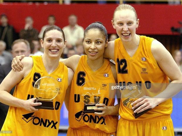 Allison Feaster-Strong avec Audrey Sauret et Ann Wauters, dans le 5 majeur de l'Euroligue 2004 (c) AFP