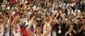 Andrei Kirilenko avec le trophée de l'Euro 2007 devant ses coéquipiers sur le podium (c) Getty - Pierre-Philippe Marcou