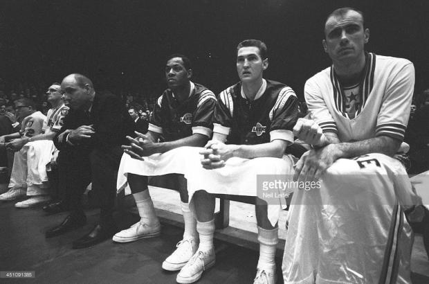 Bob Pettit et Elgin Baylor sur le banc de l'Ouest @ Getty Images