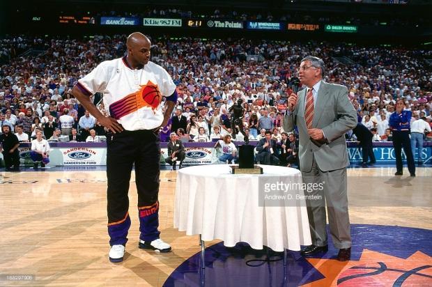 Charles Barkley et David Stern pour remettre le trophée de MVP 92-93 (c) Getty - Andrew D.Bernstein