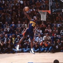 Jason Richardson à la conclusion d'un de ses dunks lors du concours 2002 en tant que rookie (c) Getty