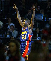 Jason Richardson célèbre sa victoire au Slam Dunk Contest 2003 (c) nba.com