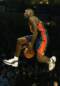 Jason Richardson réalise un between the legs lors du concours de dunk 2002 (c) Solecollector com