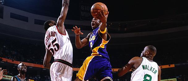 Kobe Bryant au panier face à Dikembe Mutombo lors du All-Star Game en 2002 (c) Getty