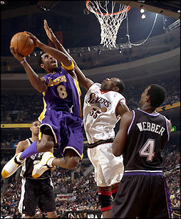 Kobe Bryant dans la raquette face à Mutombo lors du All-Star Game en 2002 (c) Getty