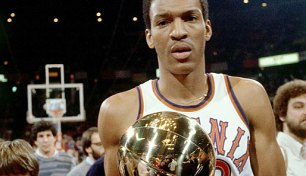 Larry Nance avec le trophée du Slam Dunk Contest 1984 (c) Getty