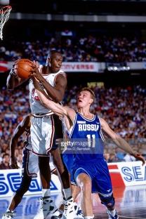 Shaquille O'Neal au rebond avec Team USA au Mondial 1994 face à la Russie en phase de poules (c) Getty
