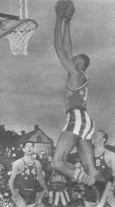 """Le """"Globy"""" Chamberlain au smash dans la campagne française. © Maxi-Basket"""