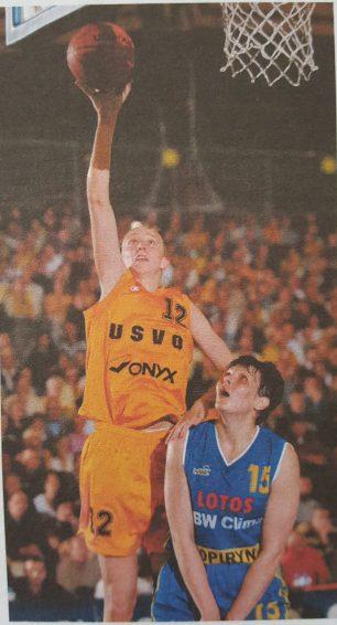 Ann Wauters face au cercle lors de la finale de l'Euroligue en 2002 (c) Basket News N°80 - Mai 2002