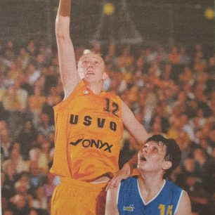 Ann Wauters face au cercle lors de la finale de l'Euroleague en 2002 (c) Basket News N°80 - Mai 2002