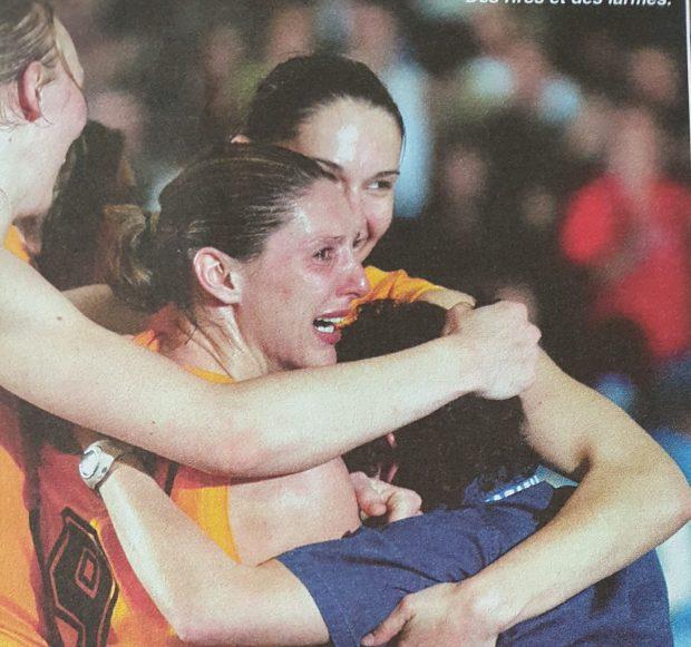 Audrey Sauret en larmes autour de ses coéquipières de Valenciennes (c) Basket News - N°80 - Mai 2002