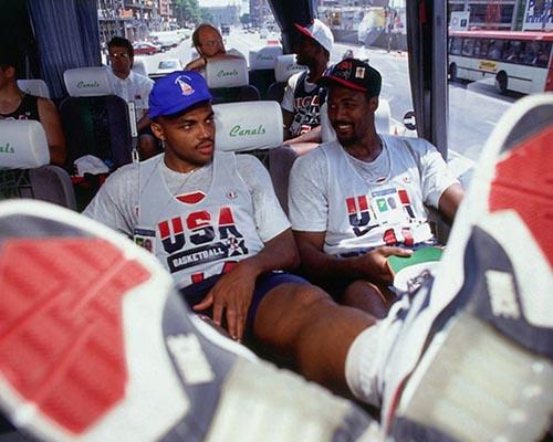 """Elles sont vraiment top tes Nike Air Force 180 """"Olympic"""" Charles. Mais t'es sur qu'on peut mettre nos pieds sur les sièges ?"""