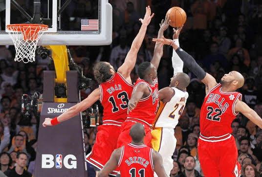 Noh, Den et Gibson au contre sur Kobe @ Getty Images