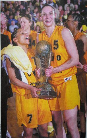 Edwige Lawson Wade - Sandra Le Dréan avec le trophée de l'Euroligue en 2002 (c) Basket News N°80 - Mai 2002