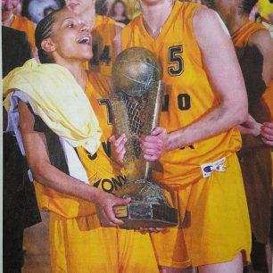 Edwige Lawson Wade - Sandra Le Dréan avec le trophée de l'Euroleague en 2002 (c) Basket News N°80 - Mai 2002