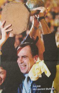 La joie de Laurent Buffard lors de la victoire en Euroligue 2002 (c) Basket News N°80 - Mai 2002
