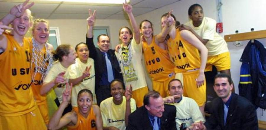 La joie des joueuses de Valenciennes en 2002 dans les vestiaires (c) Didier Crasnault – La Voix duNord