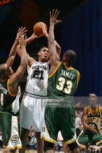 Tim Duncan contre deux joueurs de Seattle - San Antonio Spurs - Playoffs 2002 (c) Getty