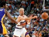 Jason Kidd à la passe lors du Game 4 Suns-Lakers en demi-finale de conférence Ouest (c) Getty