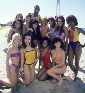 magic-johnson-surrounded-by-women-on-the-beach