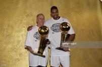 Popovich et Duncan en photo après le titre NBA de 2003 (c) Getty