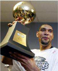 Tim Duncan tout sourire avec le trophée de MVP des finals en 2003 (c) hhweb.com