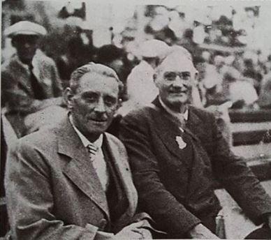 Marcel Barillé (à gauche) président de la fédération française aux côtés de James Naismith lors du toirnoi à Berlin.