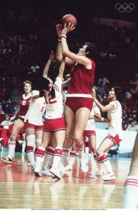 Ouliana Semenova au shoot face aux japonaises aux Jeux de Montréal en 1976.
