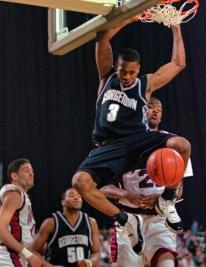 Allen Iverson au dunk avec Georgetown Hoyas (c) Andrey Inneratti - AP