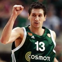 Dimitris Diamantidis, bras droit levé (c) alchetron.com