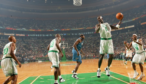Kevin Garnett au rebond lors de son premier match avec Boston face à Washington (c) nba. com/celtics