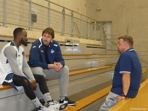 Laurent Foirest dans la position du coach à Quimper avec un de ses joueurs et son assisitant - Décembre 2015 (c) Coté Quimper
