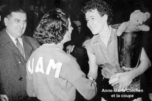 Anne-Marie Colchen reçoit le titre national 1952 remporté face à l'UA Marseille.