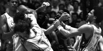 Championnat du Monde de Lutte à la Moutète en 1987! On reconnait certains des combattants: Vestris, Monclar, Kea et Dacoury coté Limoges; Henderson (qui est au centre de toute les attentions) et Kaba coté Orthez.
