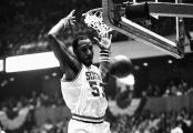 Darryl Dawkins au dunk sous le maillot des Sixers (c) Dusty Kennedy - AP