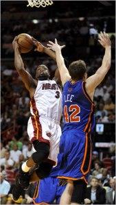 Dwyane Wade attaque le cercle face à David Lee lors de Heat-Knicks en avril 2009 (c) AP
