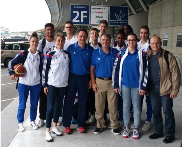 Irène Ottenhof en compagnie des joueuses de l'équipe de France féminine 3x3 en route vers Débrecen en 2015