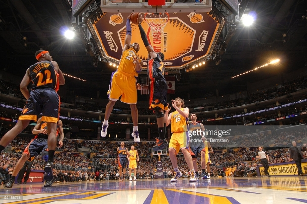 Quand Ronny Turiaf contre Kobe Bryant lors de Warriors-Lakers (c) Getty