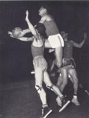 La hargne n'empêche pas l'élégance…Robert Monclar mettait ses qualités athlétiques au service d'un style aérien. (Crédit photo : Musée du Basket)