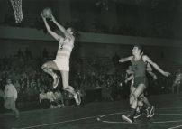 Belle attitude de Robert Monclar lors d'une rencontre entre le Racing Club de France et le Stade Français, au Stade Pierre de Coubertin, dans les années 1950 (Crédit photo : Musée du Basket).