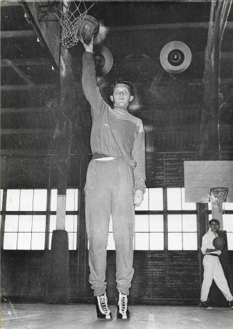 19 mai 1955 : Un géant de 2m18 et 17 ans fait sa première couverture du journal L'Equipe (DR)